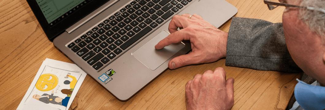Nico-met-laptop-2-min
